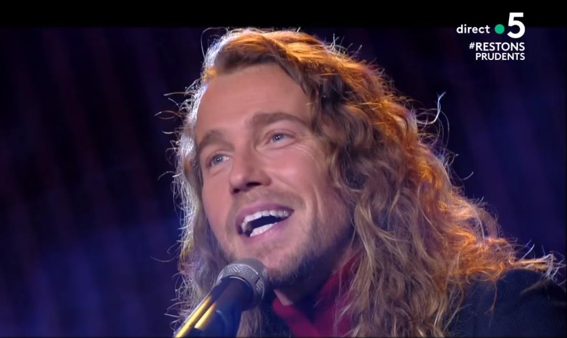 Julien Doré interprète sa chanson « Nous » à la harpe et ...